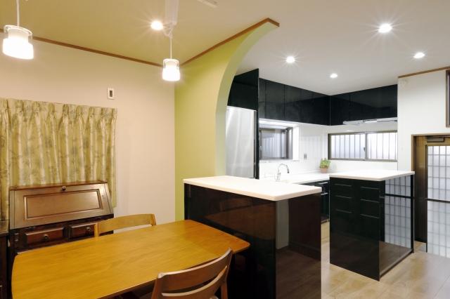 ブラックを効かせたモダンなキッチンと水まわりの全面改装で快適な暮らしに