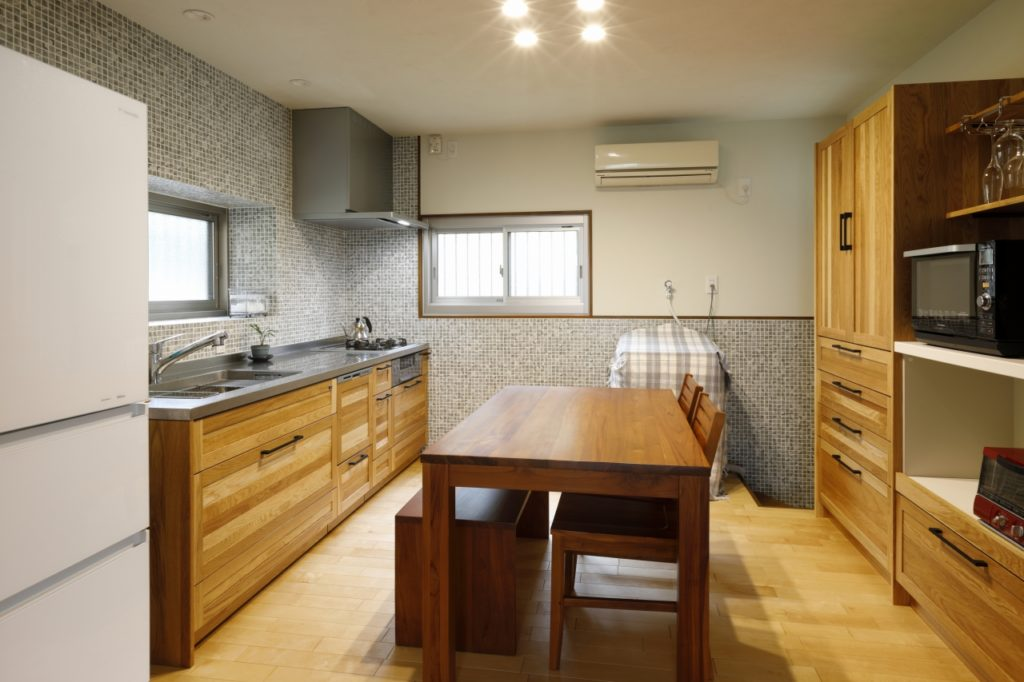 ナチュラルで暖かいイメージの木製のキッチン