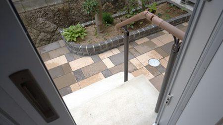 玄関階段にも手すりを設置>