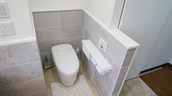 トイレの床をバリアフリーに>