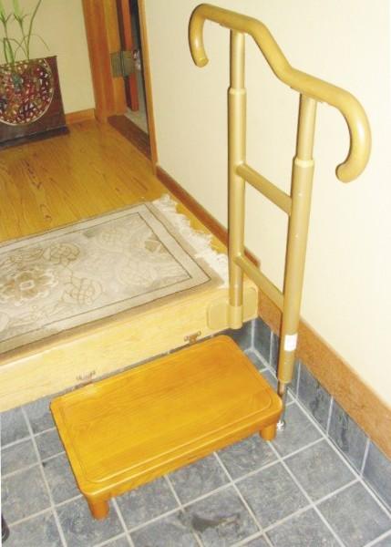 段差のある玄関に 手すりを設置