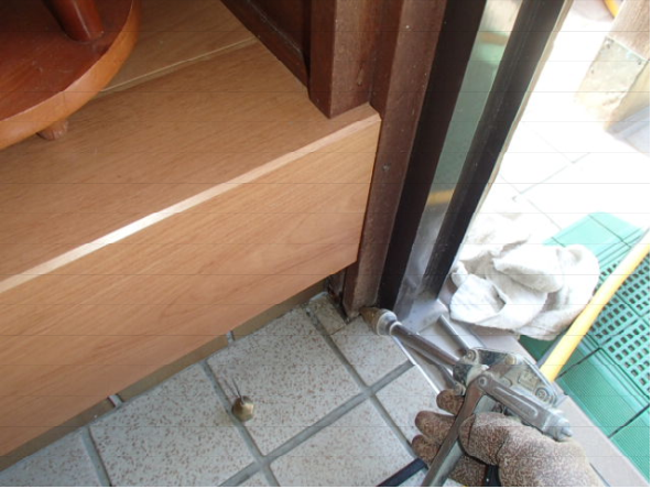 玄関柱のシロアリ駆除工事