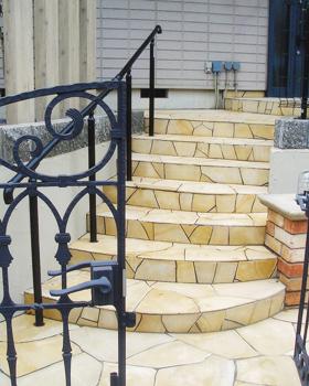 門から玄関まではジュラストーンを張って表情のある明るいアプローチに。>