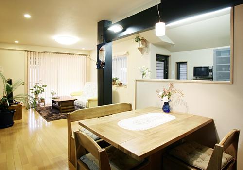 キッチンは対面にして広々とした明るいLDKができました。 床や天井に断熱材を入れて寒かったお部屋が暖かくなりました。>