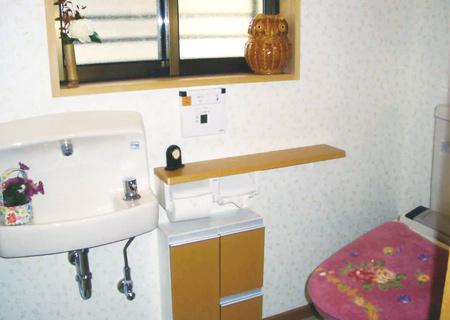 家の外にあったトイレを、増築部分に造りました。生活がとても便利になりました。 « 次の施>