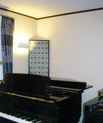 壁面に設置したブラケット照明がお部屋のアクセントになっています。>
