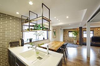 ダイニングキッチンにはお気に入りの家具や食器