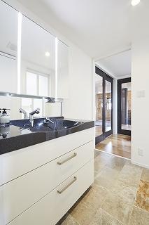 洗面台とお風呂はブラックを基本にトータルコーディネートしました。