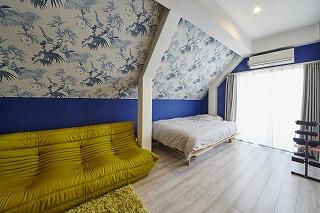 傾斜のあった壁を生かした2色使いの壁紙がお部屋の印象を華やかに。