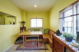 1階のリビングはイエローの壁紙でお部屋全体が明るくなりました。