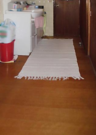 廊下フローリングの重ね貼り工事は、このように致します