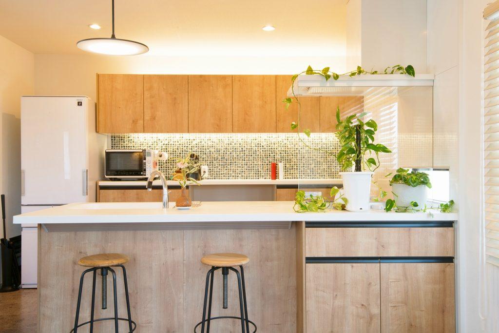 キッチン背面収納部分にはモザイクタイル