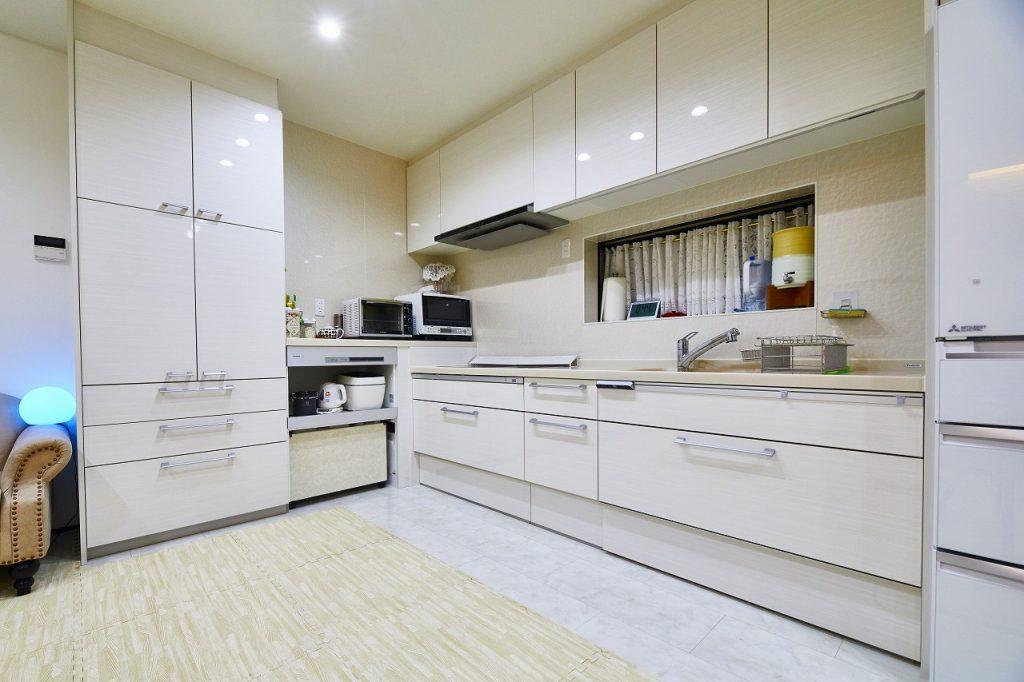 白を基調に清潔感のある明るいキッチン>