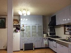 暗い印象のキッチン>