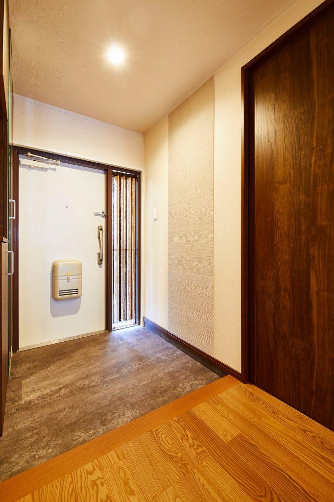 玄関に壁にも調湿・消臭性のあるエコカラットを採用>