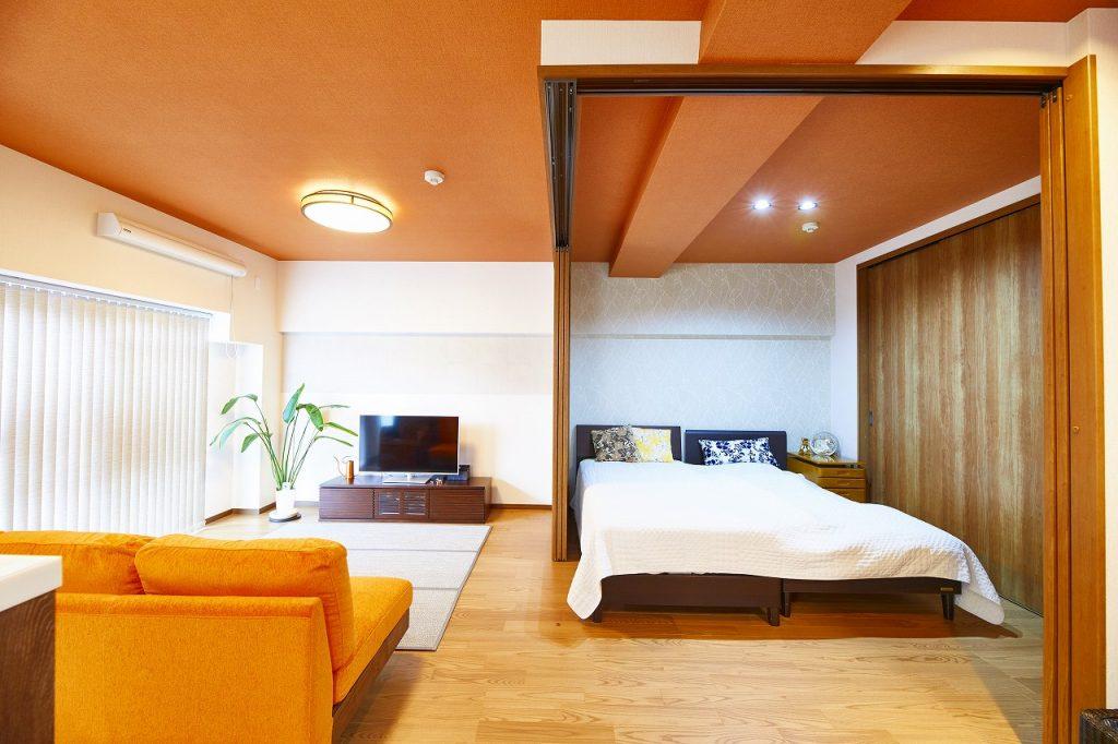 アジアンテイストな鮮やかオレンジに合わせた照明器具>
