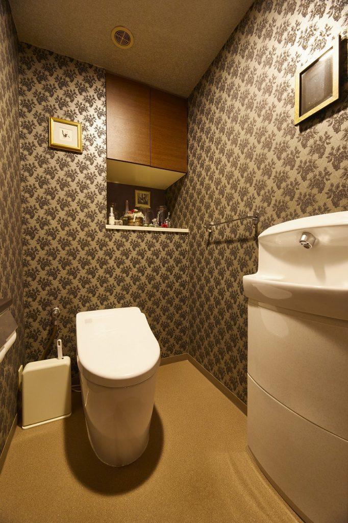 タンクレストイレで広々・シックな柄の壁紙を採用>