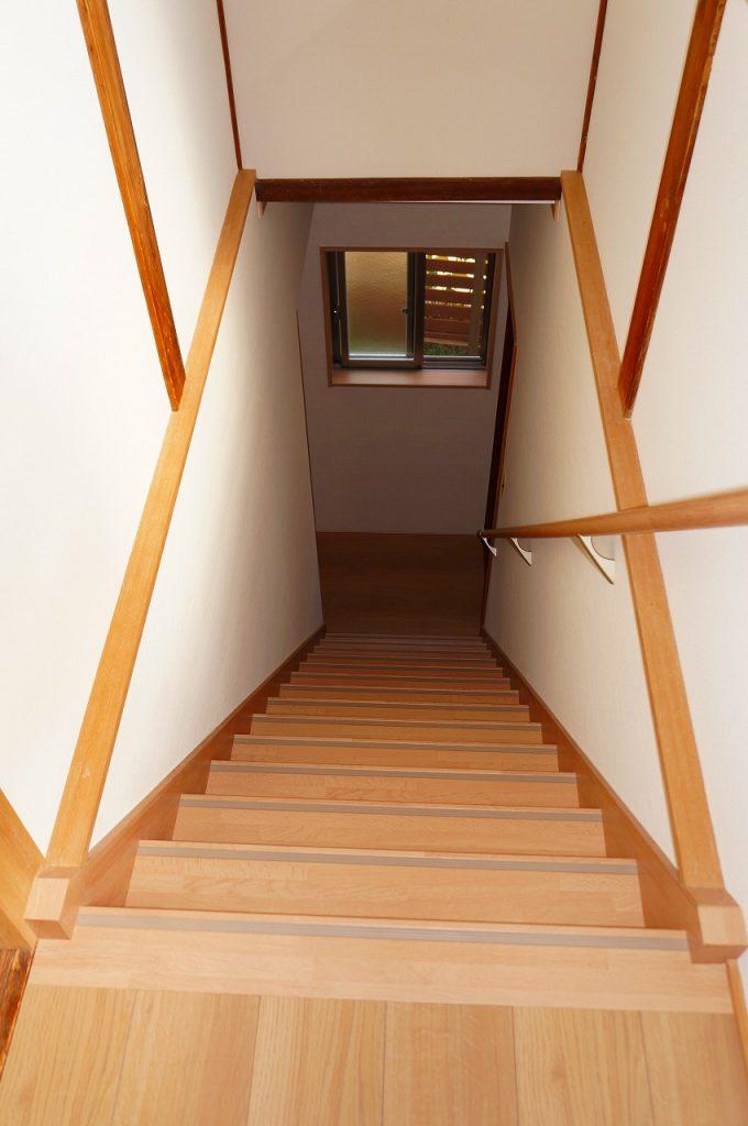 階段には手すりを設置>