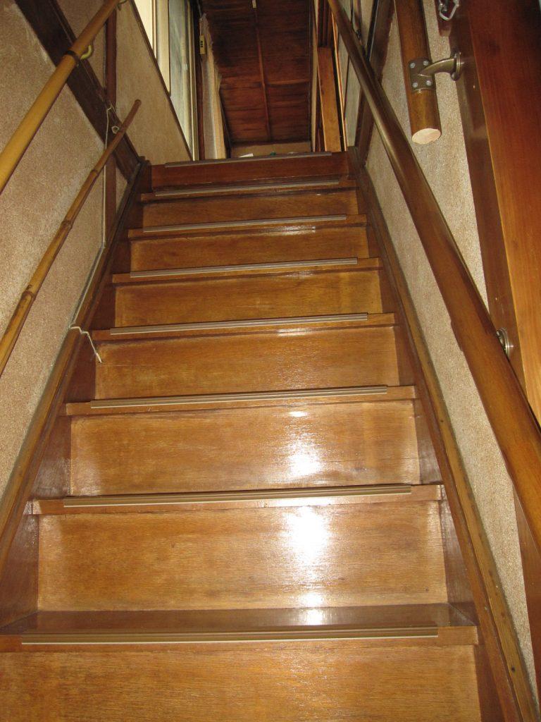 勾配が急な階段>