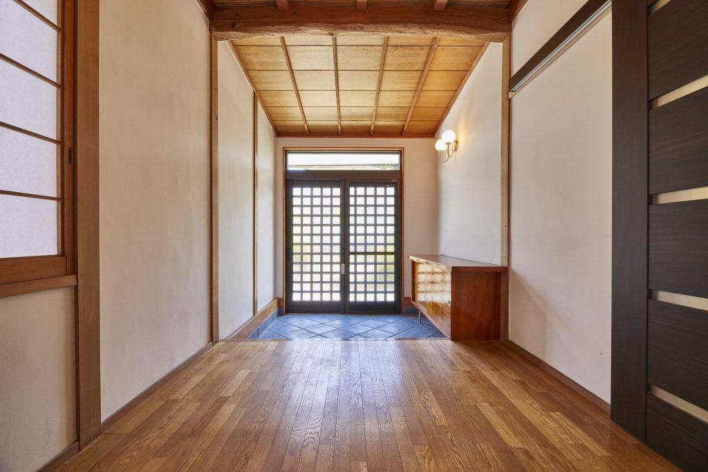 光が取り込める引き戸の玄関ドア>