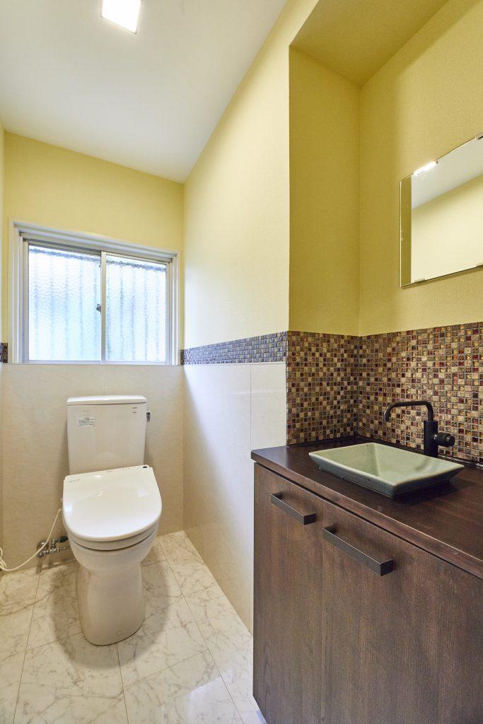 来客が多いので手洗いコーナーも増設、おしゃれモダンなタイルを採用>